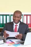 Hombre de negocios africano que lee un mensaje Fotos de archivo libres de regalías