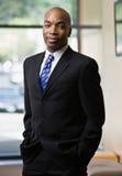 Hombre de negocios africano que presenta en juego lleno Imagenes de archivo