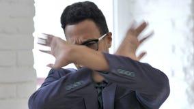 Hombre de negocios africano Rejecting Offer, odio metrajes