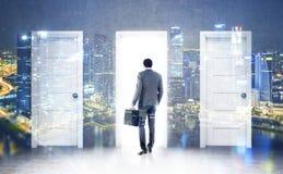 Hombre de negocios africano y tres puertas, dobles Imagenes de archivo