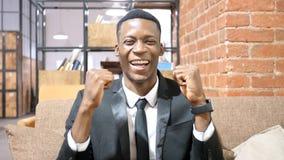 Hombre de negocios afroamericano acertado Celebrating Success Imagenes de archivo
