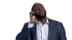 Hombre de negocios afroamericano acertado en un traje que habla en el teléfono almacen de metraje de vídeo