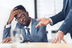 hombre de negocios afroamericano agotado que escucha imagenes de archivo