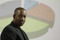 Hombre de negocios afroamericano con el gráfico en la parte posterior Imagenes de archivo