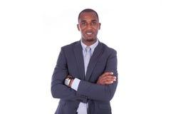 Hombre de negocios afroamericano con los brazos doblados sobre el backgr blanco Imagen de archivo