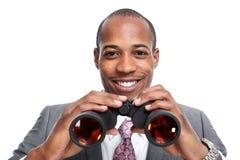 Hombre de negocios afroamericano con los prismáticos imagenes de archivo