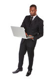 Hombre de negocios afroamericano confiado en el ordenador portátil fotos de archivo