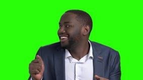 Hombre de negocios afroamericano divertido en la pantalla verde almacen de metraje de vídeo