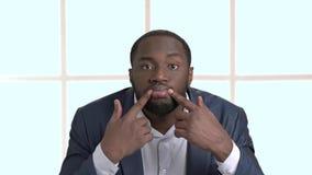 Hombre de negocios afroamericano divertido que hace la mueca metrajes