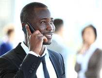 Hombre de negocios afroamericano hermoso que habla en el teléfono móvil imagenes de archivo