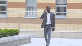 Hombre de negocios afroamericano joven - personas negras, cámara lenta almacen de video