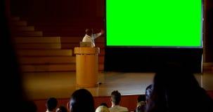 Hombre de negocios afroamericano maduro que da la presentación en un seminario 4k del negocio almacen de metraje de vídeo