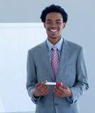 Hombre de negocios afroamericano que da una presentación fotos de archivo