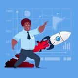 Hombre de negocios afroamericano que mira que vuela a Rocket New Startup Strategy Concept Imagen de archivo libre de regalías
