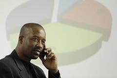 Hombre de negocios afroamericano que toma una llamada del negocio Imágenes de archivo libres de regalías