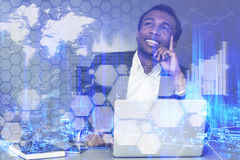 Hombre de negocios afroamericano soñador, gráficos imagen de archivo