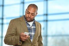 Hombre de negocios afroamericano Using Cellphone imagen de archivo