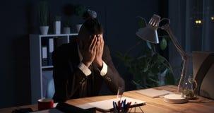 Hombre de negocios agotado de última hora en la oficina almacen de video