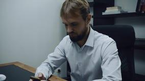 Hombre de negocios agresivo que busca el teléfono en cajas de escritorio, cámara lenta enojada, masculina almacen de video