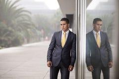 Hombre de negocios al lado de la puerta de la oficina Imagen de archivo libre de regalías
