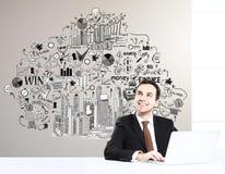 Hombre de negocios alegre en el lugar de trabajo Foto de archivo
