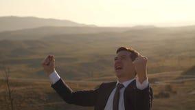 Hombre de negocios alegre en la naturaleza almacen de metraje de vídeo