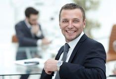 Hombre de negocios alegre que presenta en la sala de reunión mientras que colegas imagen de archivo libre de regalías