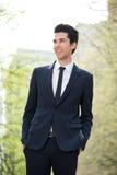 Hombre de negocios alegre que sonríe al aire libre Imagenes de archivo