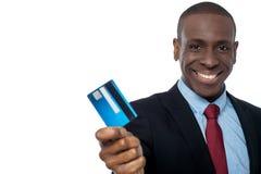 Hombre de negocios alegre que sostiene la tarjeta de crédito imágenes de archivo libres de regalías