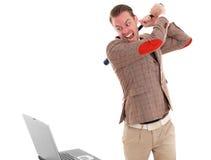 Hombre de negocios alrededor para romper una computadora portátil Imágenes de archivo libres de regalías