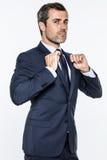 Hombre de negocios ambicioso que expresa orgullo, poder, éxito con actitud y superioridad Foto de archivo libre de regalías