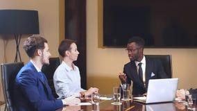 Hombre de negocios americano acertado en una reunión con sus colegas almacen de metraje de vídeo