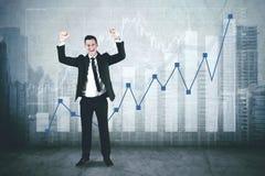 Hombre de negocios americano con el gráfico del crecimiento imagen de archivo