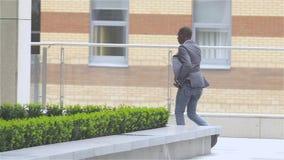 Hombre de negocios americano con el teléfono móvil - personas negras, cámara lenta almacen de metraje de vídeo
