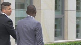 Hombre de negocios americano con el teléfono móvil - personas negras, cámara lenta almacen de video