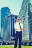Hombre de negocios americano Relaxing Outside en Nueva York Fotos de archivo libres de regalías