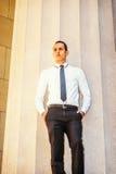 Hombre de negocios americano Thinking Outside en Nueva York Imágenes de archivo libres de regalías