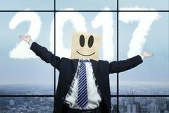 Hombre de negocios anónimo que celebra su éxito Imagen de archivo libre de regalías
