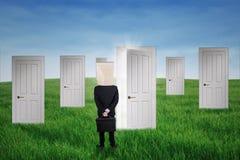 Hombre de negocios anónimo y las puertas de la ocasión Foto de archivo libre de regalías