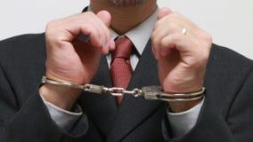 Hombre de negocios arrestado con las esposas almacen de video