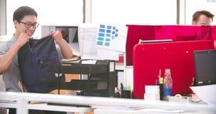 Hombre de negocios Arriving In Office y el sentarse en el escritorio almacen de video