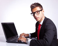 Hombre de negocios asentado en el ordenador Imágenes de archivo libres de regalías