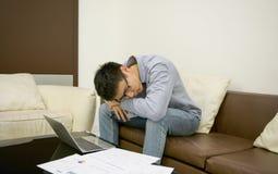 Hombre de negocios asiático cansado de trabajo en sala de estar fotos de archivo