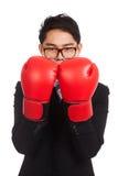 Hombre de negocios asiático con el guante de boxeo rojo Fotografía de archivo