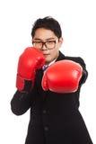Hombre de negocios asiático con el guante de boxeo rojo Fotos de archivo
