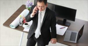 Hombre de negocios asiático, en traje negro almacen de metraje de vídeo