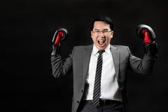 Hombre de negocios asiático en traje que actúa como ganador fotos de archivo libres de regalías