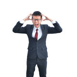 Hombre de negocios asiático freaking hacia fuera aislado en el fondo blanco, cl Imagenes de archivo