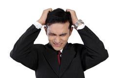 Hombre de negocios asiático joven que expresa la frustración, aislada en blanco Fotos de archivo
