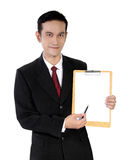 Hombre de negocios asiático joven que muestra un cojín de papel, aislado en blanco Imagen de archivo libre de regalías